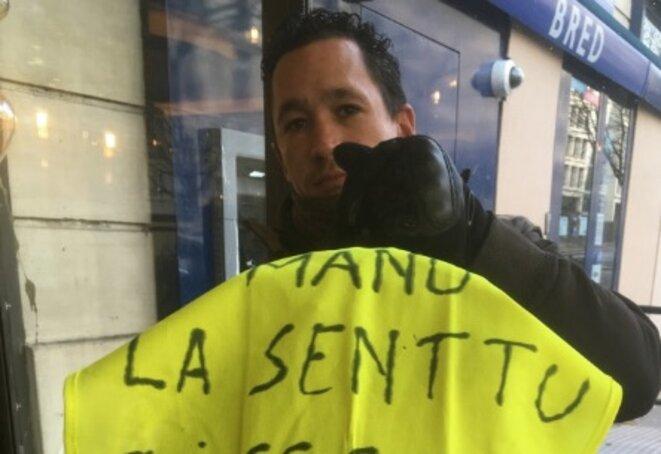 Cédric et son gilet aux Champs-Elysées © LD