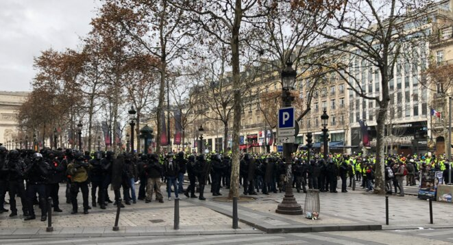 Les policiers de la BRI regroupés avant leur offensive contre la manifestation. © karl Laske