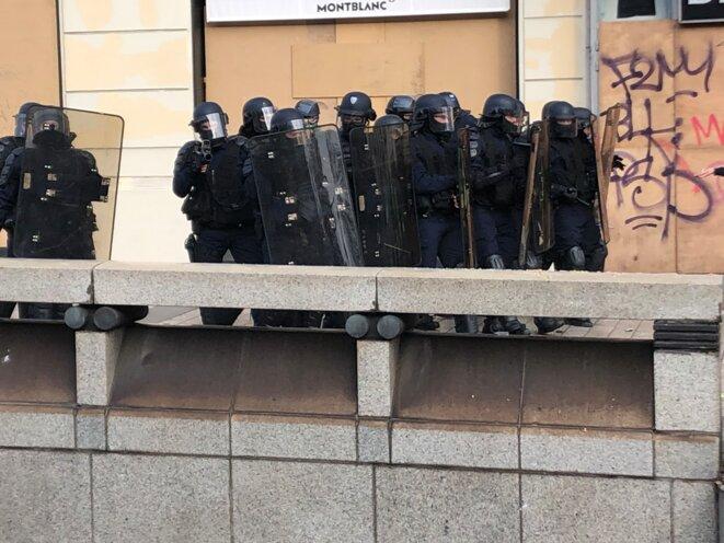 Policiers d'une compagnie d'intervention sur les Champs-Élysées. © karl Laske