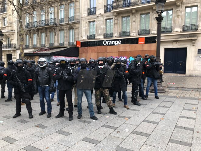 Les policiers de la BRI déployés sur les Champs-Élysées. © Karl Laske