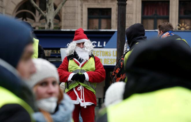 Un père Noël en gilet jaune, le 15 décembre, à Paris. © Reuters