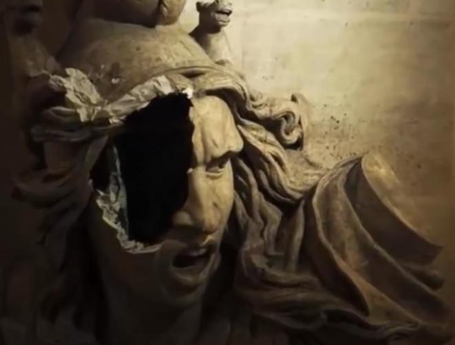 """Parmi les destructions à l'intérieur de l'Arc De Triomphe en décembre 2018, la copie en plâtre d'une statue de François Rude appartenant à un ensemble nommé """"Le Départ des volontaires"""", glorifiant les engagés de 1792 partant défendre les frontières et la Révolution. Cette composition, dite aussi """"La Marseillaise"""", a été commandée par le roi Louis-Philippe. Louis-Philippe, monarque ambigüe, avait voulu s'approprier un symbole républicain et démocratique, avant d'être lui-même renversé en 1848."""