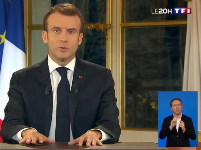 Discours de Monsieur Emmanuel Macron le 10 décembre 2018 : remarquez l'inexpressivité du visage, tandis que la physionomie du traducteur en langage des signes semble exploser des émotions refoulées du Président de la République. Il serait intéressant de prolonger l'anlyse sémantique et posturale pour tout le discours. Comment Monsieur Macron, que l'on disait épuisé, gère-t-il cette épreuve capitale ?