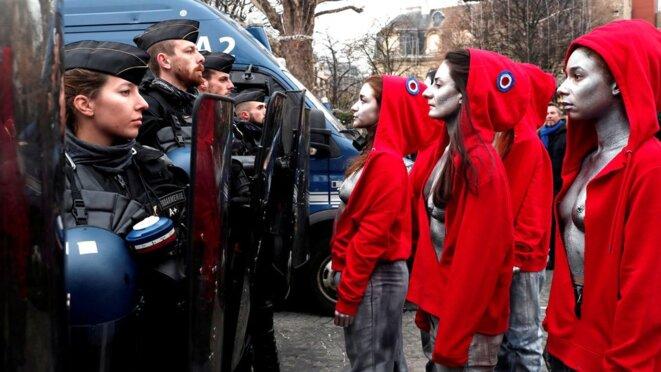 performance-le-15-decembre-sur-les-champs-elysees-deborah-de-robertis-et-d-autres-artistes-se-postent-en-marianne-seins-nus-face-aux-forces-de-l-ordre-6138056