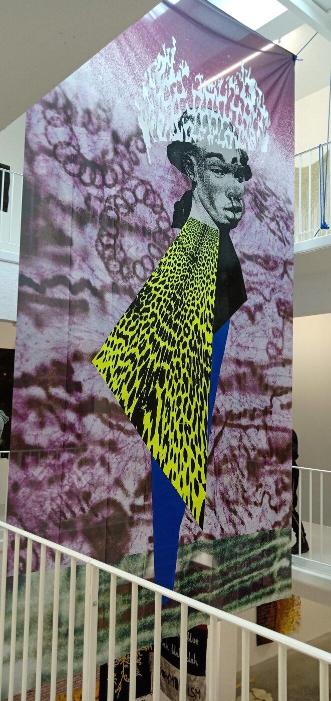 """Vue de l'exposition """"Soft power"""", tenture sérigraphiée de Raphaël Barontini, Le Transpalette, Centre d'art contemporain, Bourges, 2018. © Dorian Degoutte"""
