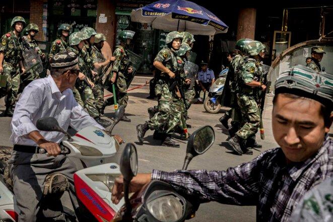 L'armée chinoise patrouille près d'une mosquée dans la Région autonome ouïghoure du Xinjiang. © Getty Images