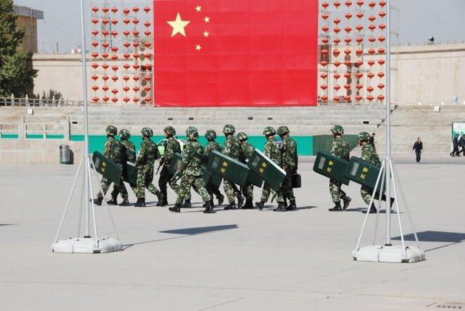 Les officiers de l'unité tactique de la police en marche sur la place de la ville de Kashgar. © Antoine 49/Flickr