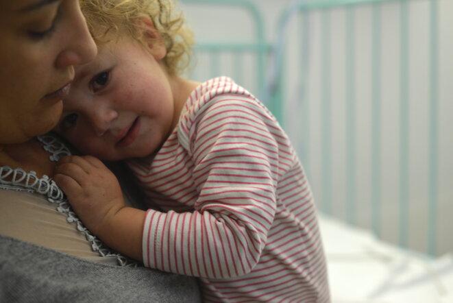 Yasmina, le 12 décembre 2018, dans les bras de sa mère Houria au service pédiatrie de l'hôpital La Timone, à Marseille. © LF