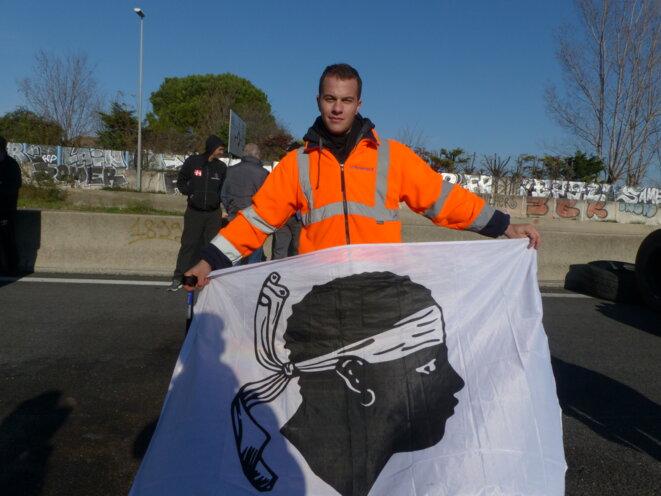 Romain M, Se déplaçant sur des béquilles, venu sur le barrage du Vittier (Arles, A54) la semaine suivant son hospitalisation © Fabrice Loi