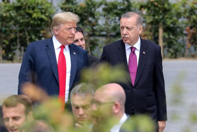 Trump aurait été convaincu notamment par Erdogan de retirer les soldats américains de Syrie. Ici, les deux présidents discutent lors du sommet de l'Otan, en juillet 2018. © Reuters