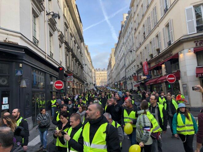 Venant de Montmartre la manifestation des gilets jaunes, rue Saint-Georges, samedi. © karl Laske