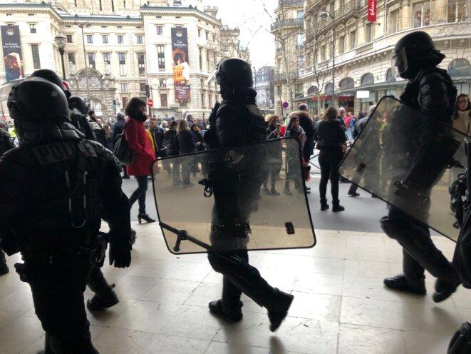 Forces de l'ordre le long des grands magasins, boulevard Haussmann. © karl Laske