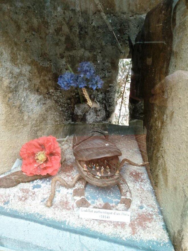 """Crèche miniature dans un """"Godillot"""" de """"Poilu"""" de 1941 insérée dans une meurtrière © Didier CODANI"""