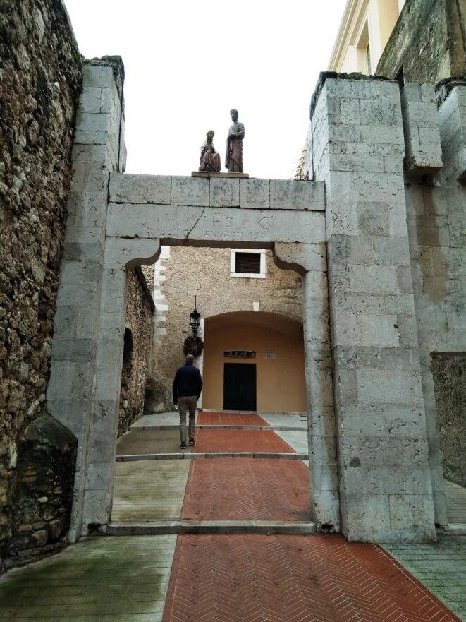 Crèche sur la porte d'Honoré 1er qui est en date de 1533 (la porte, pas la crèche) © Didier CODANI