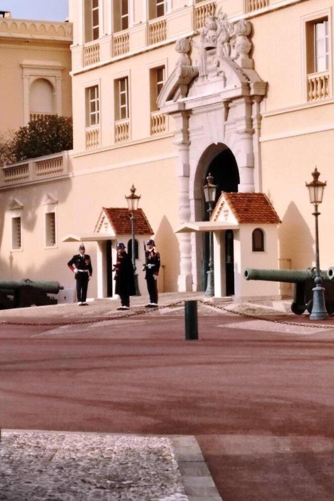 La relève de la garde à 10h00 devant le Palais des Princes de Monaco © Didier CODANI