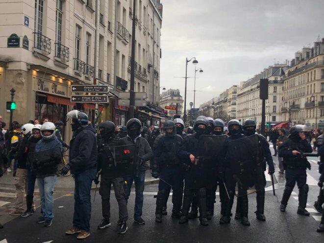 Forces de l'ordre déployées rue Saint-Antoine, samedi. © karl Laske