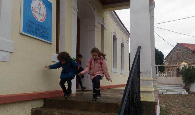 La sortie des classes à l'école primaire rum de Zeytinli. © NC