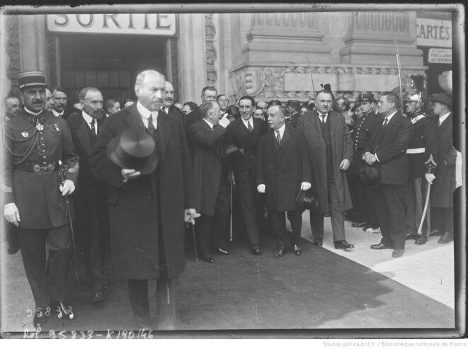 Visite présidentielle au salon de l'automobile en compagnie de Louis Renault, au centre. Octobre 1924, Agence Rol, Paris. © Agence Rol. Source: www.gallica.bnf.fr