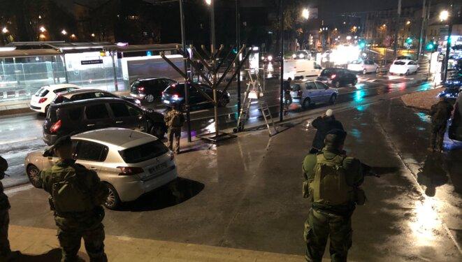 Militaires devant la mairie de Pierrefitte lors de la célébration de Hanouka. © Sarah Smaïl/Bondy Blog