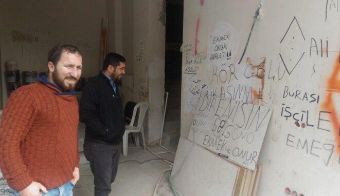 Taner Mutlu, carreleur-matériel, sur le chantier de construction qu'il occupe depuis trois mois avec ses camarades ouvriers pour réclamer le paiement de leurs salaires. © NC