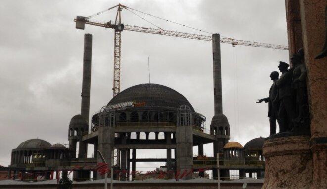 comme de nombreux chantiers publics, celui de la mosquée de la place Taksim, à Istanbul, est quasiment à l'arrêt depuis plusieurs mois. © NC