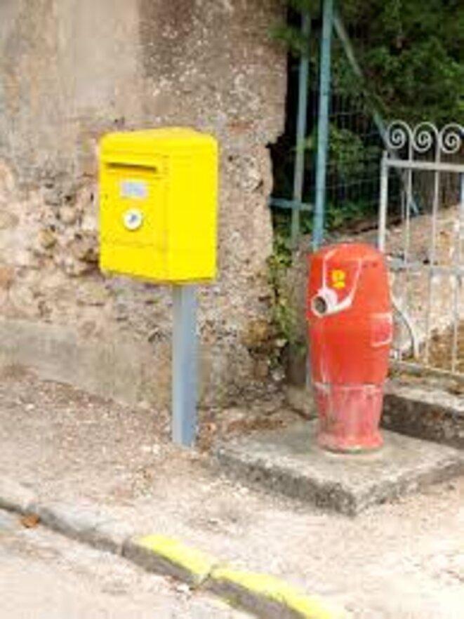 Boîte aux lettres et bouche à incendie
