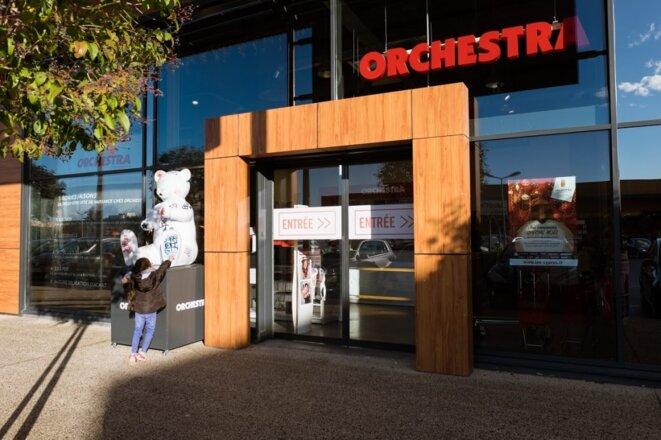 Devant l'entrée d'un Orchestra, à Montpellier. © Xavier Malafosse/Le D'Oc