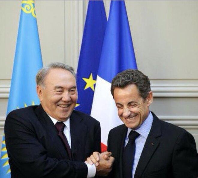 Le président Nicolas Sarkozy et son homologue kazakh Noursoultan Nazarbaïev à l'Élysée le 27 octobre 2010, à la suite de la signature du premier accord sur la vente des hélicoptères d'Airbus Group. © Reuters
