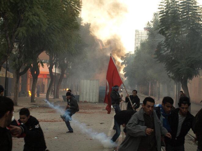 Tir tendu de grenade à gaz lacrymogène par la police, Tunis, 14 janvier 2011. Début de la révolution tunisienne. Source: Wikimedia Commons.