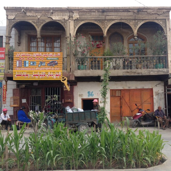 Une vue de la vieille ville de Yarkend / Yeken (Shache). À Yarkend, comme à Kashgar, tous les propriétaires d'entreprise ont été obligés d'installer des barres au-dessus des entrées de leurs magasins, laissant ainsi une impression de prison. © Elise Anderson