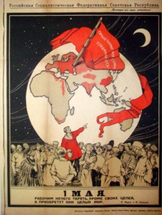 """""""Les travailleurs n'ont rien à perdre que leurs chaînes. Ils ont un monde à gagner"""" Karl Marx et Freidrich Engels. Affiche révolutionnaire à l'occasion du 1er mai, Moscou, 1919. Source: wikirouge.net."""