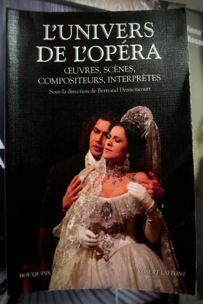 """""""L'univers de l'opéra"""" : un livre pas sérieux chez Robert Laffont"""