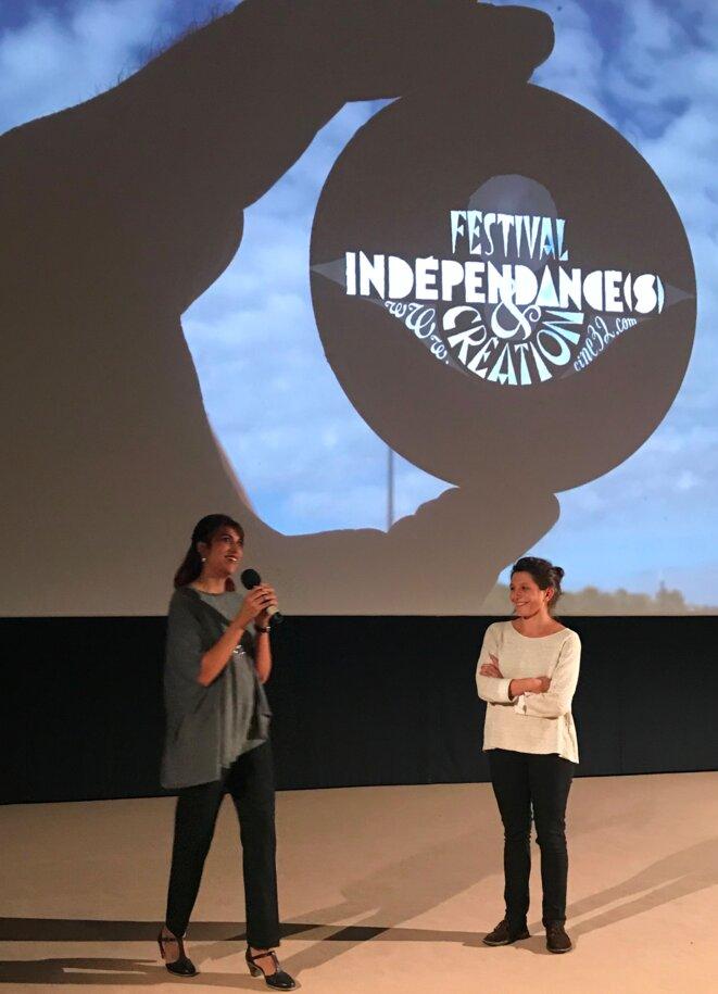 Rohena Gera présentant son film au Festival Indépendance(s)&Création à Auch, accueillie par Lucie Gardos [Ph. YF]