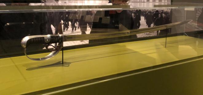 """Un sabre en dotation des militaires suisses de la cavalerie, ceux que les ouvriers appelaient les """"cosaques""""."""