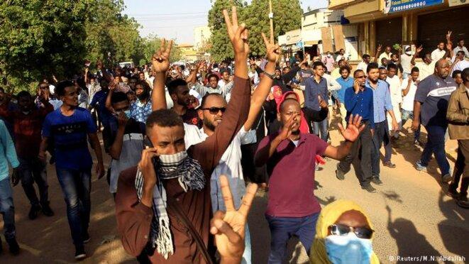 Des manifestants dans la rue de Khartoum, fin décembre 2018. © Reuter