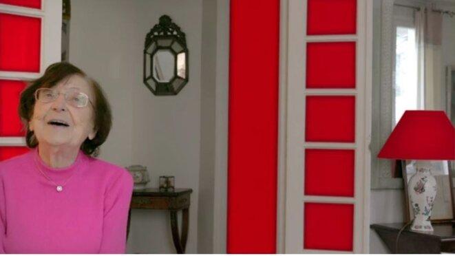 Une référence à La Chinoise de Godard: l'arrière-plan rouge derrière Béatrice.