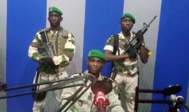 Trois militaires prononcent une déclaration à la Radio-télévision gabonaise, le 7 janvier. © Reuters