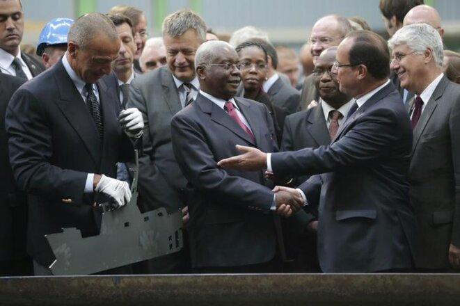 Iskandar Safa, PDG des Constructions mécaniques de Normandie, avec le président français François Hollande et celui du Mozambique Armando Guebuza, le 30 septembre 2013 à Cherbourg. © Reuters