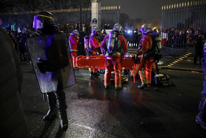 Des secours emportant un manifestant blessé, à Paris le 1er décembre 2018 © Reuters