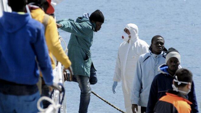Mercredi 15 avril 2015, 480 immigrés ont débarqué à Palerme, en Sicile, dont des femmes et des enfants, portant à 1 500 le nombre de migrants accueillis dans ce port en 24 heures. © REUTERS/Guglielmo Mangiapane