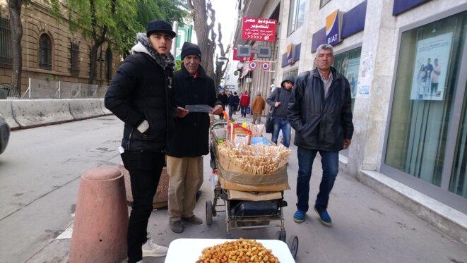 Wahid, le vendeur ambulant d'amandes. © Lilia Blaise