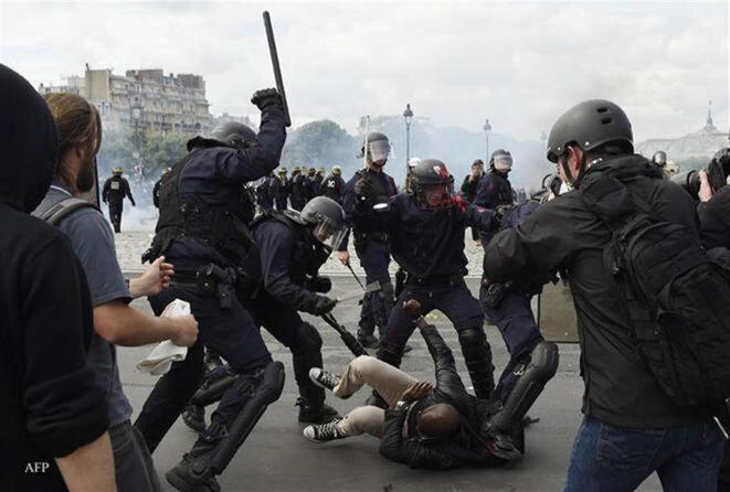 17-represio-n-policial-durante-las-protestas-contra-la-reforma-laboral-afp-dominique-faget-1