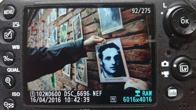 Des visages oubliés au mur du cimetière Almudena à Madrid. © Karine Bossavy
