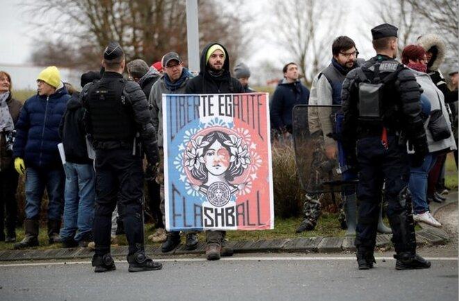 Manifestants lors du déplacement d'Emmanuel Macron dans l'Eure, le 15 janvier 2019. © Reuters/Gonzalo Fuentes