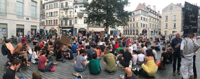 Manifestation à Besançon le 18 août 2018 pour protester contre un arrêté municipal anti-mendicité interdisant à quiconque de s'asseoir dans la rue [Photo YF]