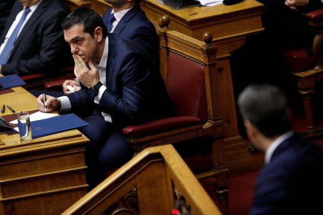 Alexis Tsipras face au leader de l'opposition, pendant le débat précédant le vote de confiance au Parlement, le 16 janvier 2019 © Reuters