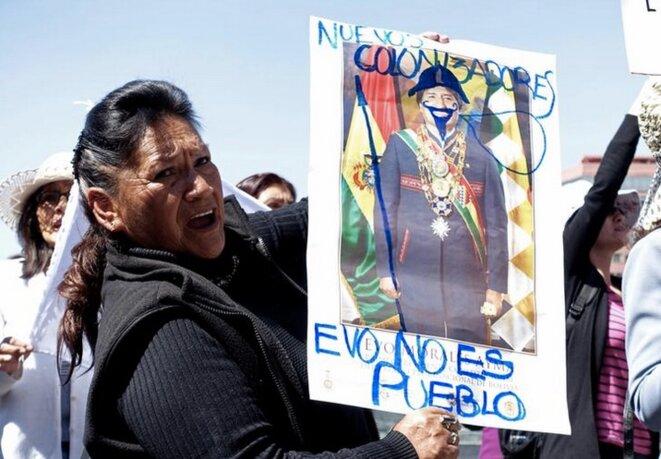 Une activiste tient une affiche du président bolivien Evo Morales lors d'une manifestation contre le projet de loi visant à annuler les lois protégeant le parc sécurisé du TIPNIS, à La Paz, le 2 août 2017. © REUTERS/David Mercado
