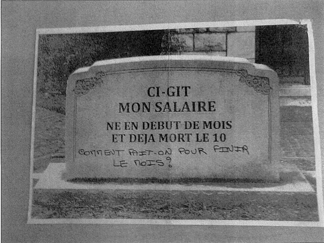 """A photomontage sent in one of the letters to François Hollande, a tombstone with the inscription: """"Here lies my salary, born at the beginning of the month and already dead on the 10th. What can one do to reach the end of the month?"""" © DR"""