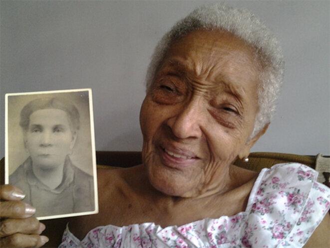 L'arrière-petite-fille de Mariana Grajales, montrant le portrait de son arrière-grand-mère © Anonyme
