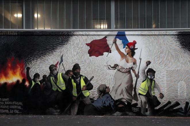 Una obra del artista Pascal Boyart, PBOY, en homenaje a los « chalecos amarillos » en un muro de París, el 7 de enero. © Reuters